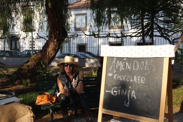 Statt Glühwein trinkt man bei ihr einen Ginja (Kirschenlikör aus Obidos)