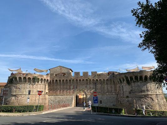 Eindrückliche Stadtmauer von Colle di Val d'Elsa in der Toscana