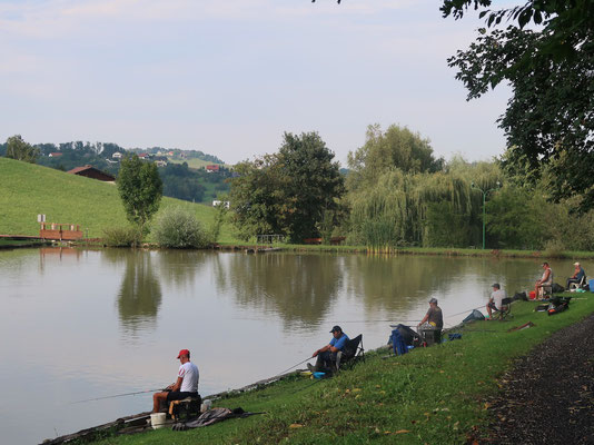 Slowenisches Fischerlatein am kleinen Teich beim Stellplatz
