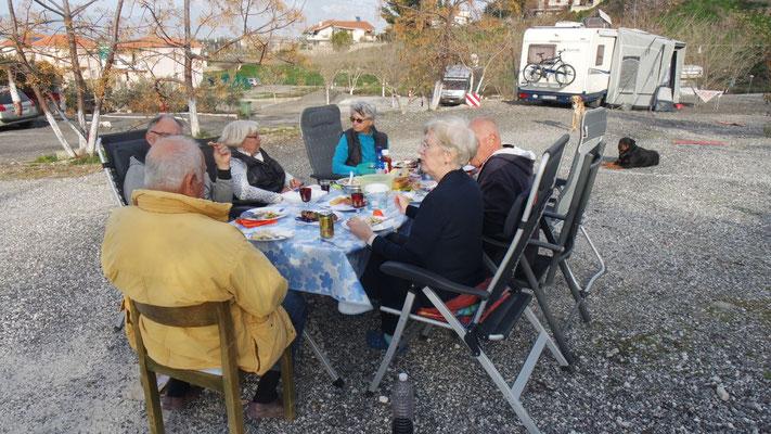 Sonntägliches Grill-Beisammensein in Alt Korinth auf dem Camper Stop