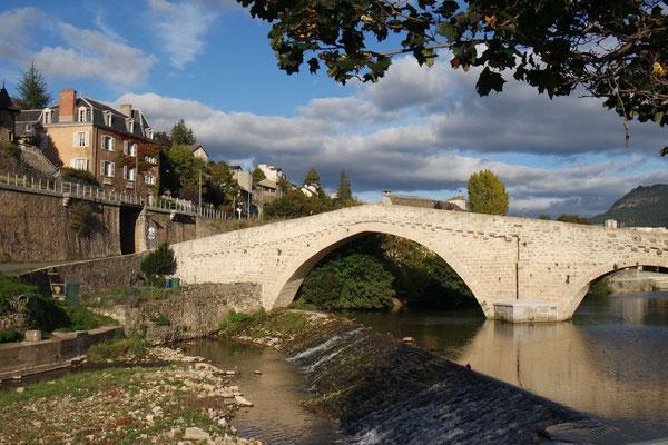 Die historische Notre Dame-Brücke in Mende in der Abendsonne