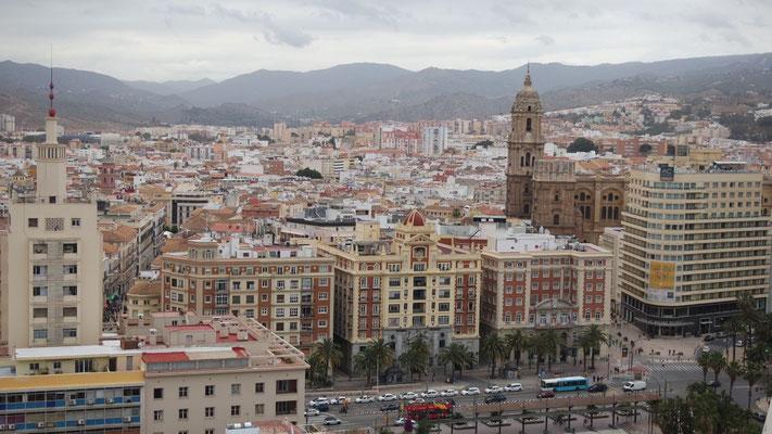 über  die prächtige Aussicht auf Malaga, bei leider bedecktem Himmel