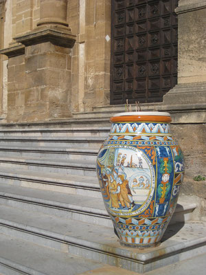 ..... flankiert von der kunstvollen Keramik-Amphore