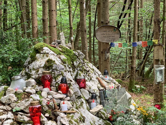 Eine von vielen Gedenktafeln erinnert an die Verunglückten in den Steiner-Alpen. Ein mystischer und viel besuchter Ort