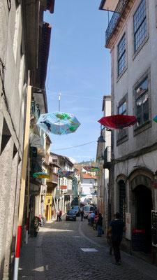 Ein Gässli ist im Begriff mit Regenschirmen dekoriert zu werden
