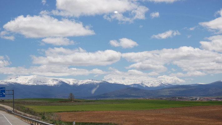 Spaniens Schneeberge im Hintergrund