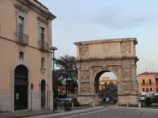 In Benevento (Kampanien) steht die Miniaturausgabe vom Arc de Triomphe