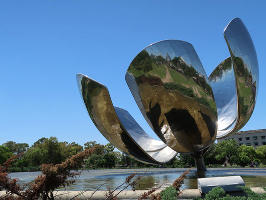 """Die kunstvolle Blume """"Floralis Generica"""" in Buenos Aires"""