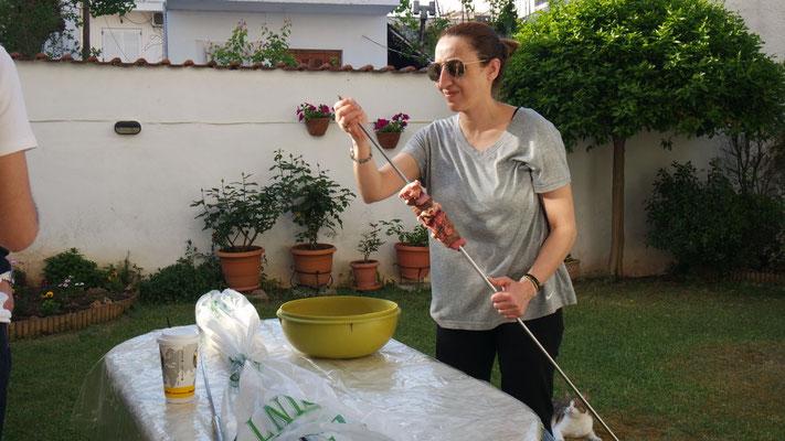 Gastgeberin Iro am Aufspiessen der Innereien für das Kokoretsi