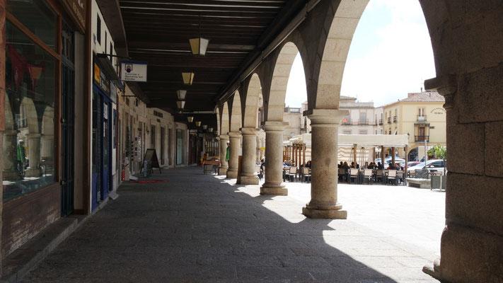 Unter den Bögen in Trujillo