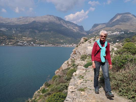 Wanderung zu den Felshöhlen hoch über dem Meeresspiegel