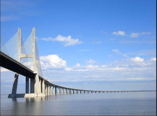 Die Vasco Da Gama Brücke ist mit 17,185 km die Längste Europas, sie verbindet Lissabon mit Montijo