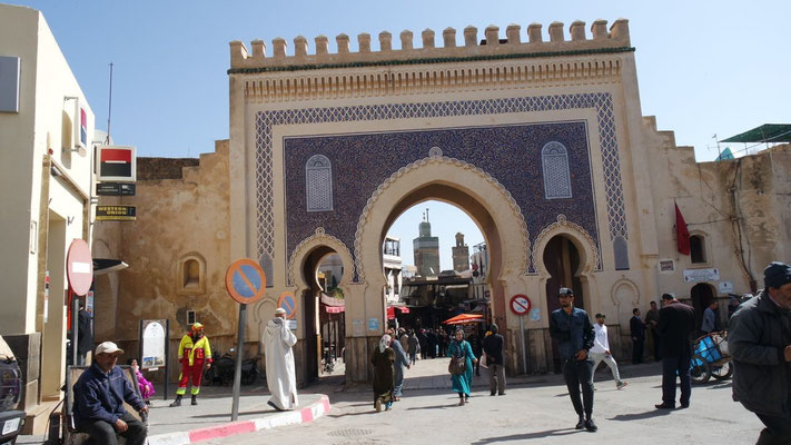 Der Eingang in die Medina von Fès führt duch das blaue Tor (Bab Bou Jeloud)