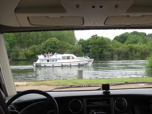In Gurgy am Ufer der Yonne ziehen die Hausboote vorbei