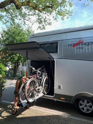 In Winterberg werden schon mal die Zweiräder abgeholt und verladen