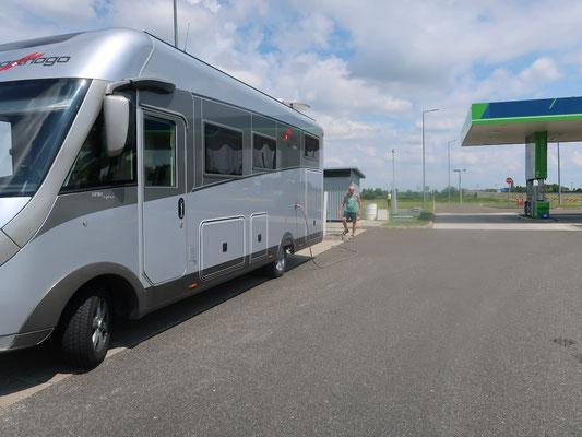 Komfortabel kann auf den ungarischen Autobahnen der Frischwassertank gefüllt werden