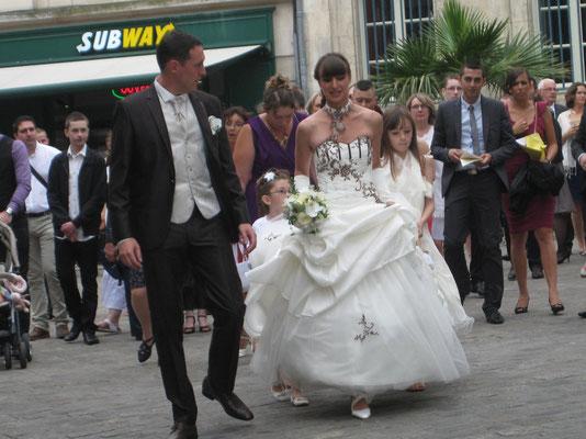 Hochzeitspaar vor dem Hotel de Ville - bonne chance!