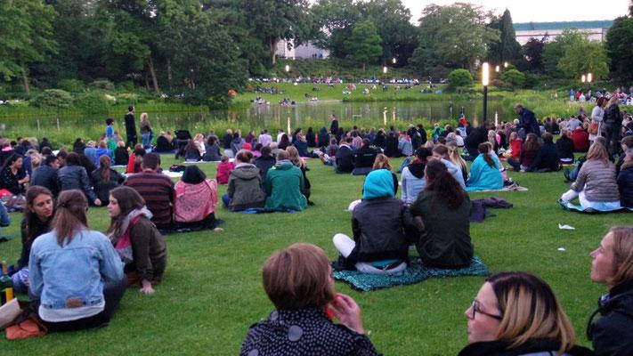 Warten auf die Wasserspiele in der Parkanlage Planten un Blomen im Zentrum Hamburgs