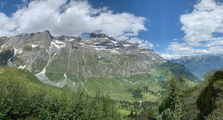 Panoramablick vom Kneugrat auf den Oberblegisee
