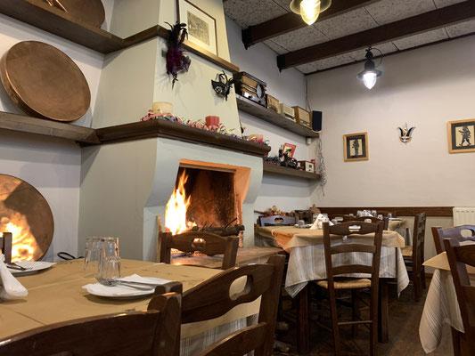 Gemütliches Tavernen-Innenleben im Dorf
