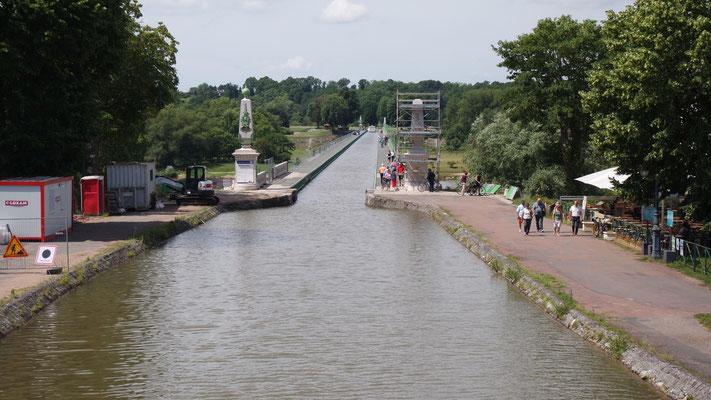 Der Schifffahrtskanal Briare de Canal ist Teil der Kanalkette, die den Binnenschiffen letztendlich den Übergang von der Seine zur Saône und weiter zum Mittelmeer ermöglicht