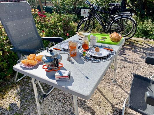 Sonntäglicher Frühstückstisch im Quarantäne ähnlichen SEIN