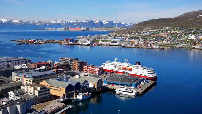Das Hurtigrutenschiff im Hafen von Hammerfest,