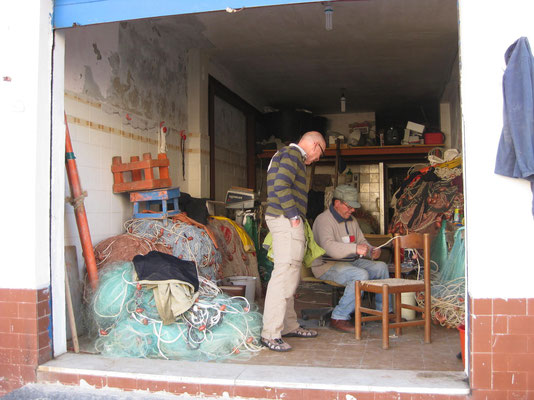 Papa Fischer beim Reparieren der Netze