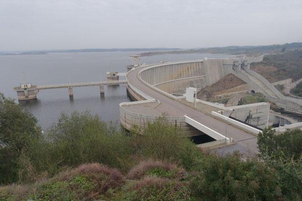Der gewaltige Staudamm des Alqueva-Stausees