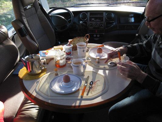 Frühstückstisch im Sonnenlicht