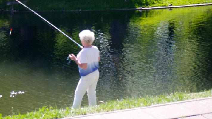 Die polnische Fischerin scheint eindeutig multitasking zu sein ....... (versteckte Aufnahme!)