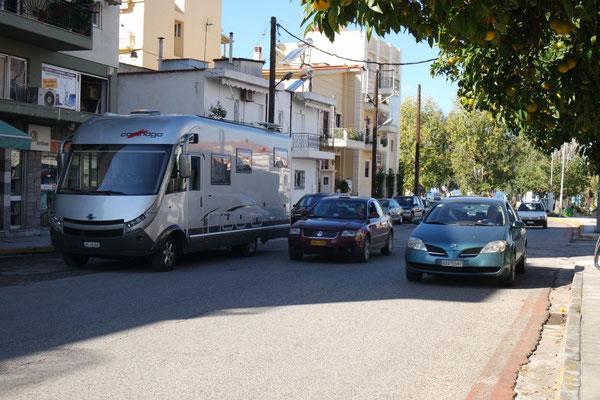 Der unkonventionelle Parkplatz an der neuralgischen Ecke in Patras