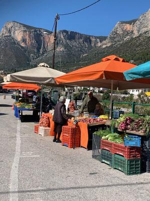 """Jeden Montag """"tagt"""" der Markt in Leonidio"""