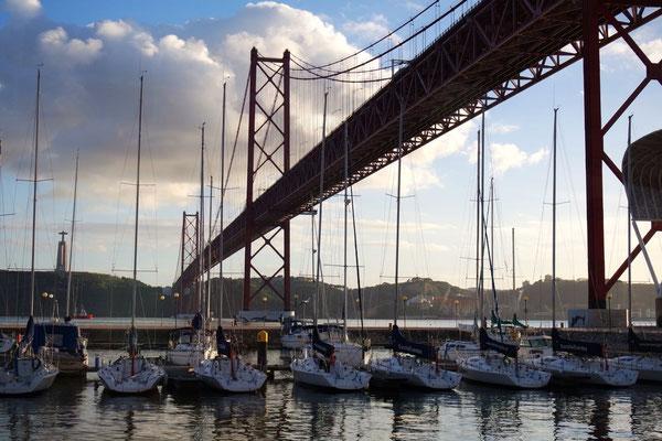 Über uns die Brücke vom 25. April in Belém, die Geräuschkulisse ist beachtlich!
