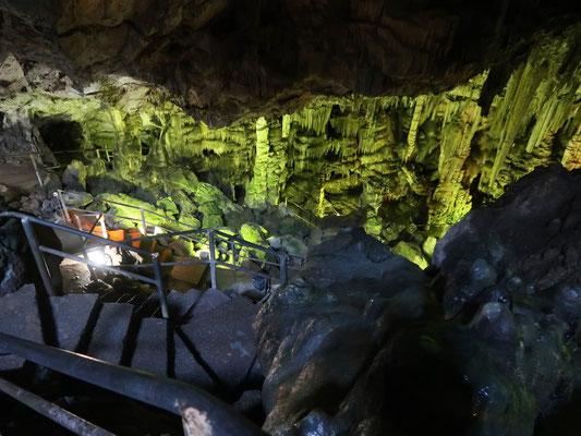 Beeindruckt steigen wir tief hinab in die Sagen umwobene Grotte - Mausbein allein!!