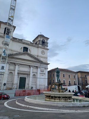 In L'Aquila gehören Baugerüste und Krane leider mit zum Bild, der von Erdbeben geschüttelte Ort kämpft noch immer gegen das Geschehene