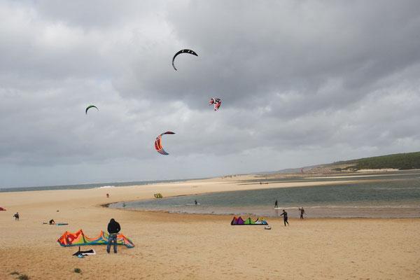 Die Kitesurfer im Element an der Lagune Albufeira