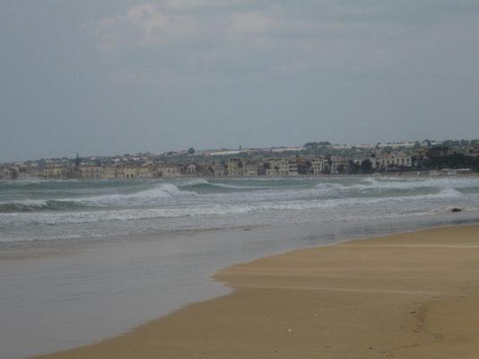 Dem Strand entlang nach Sampieri