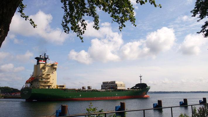Imposanter Schiffsverkehr an der Schleuse vom Nord-Ostsee-Kanal