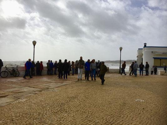 Zuschaueransammlung vor der wütenden Meeresbühne