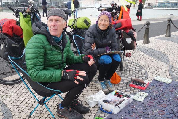Das strahlende Paar aus Australien ist seit 2008 mit dem Fahrrad auf Achse, am Praça Imperio verkaufen sie ihren selbstgemachten Schmuck aus Mineralien