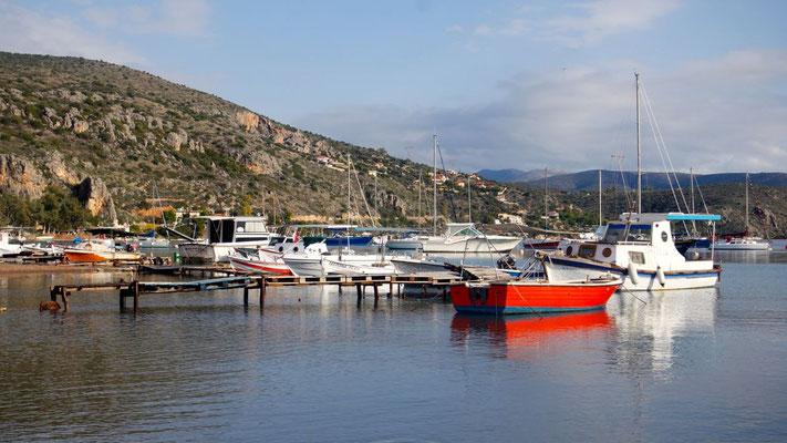 Erste Wanderung zum kleinen Hafen von Vivari