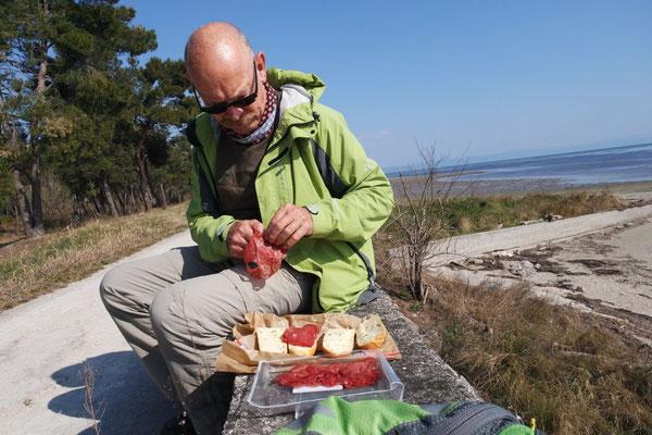 Mittagspicknick am Meer, unterwegs von Fossalon zurück nach Grado