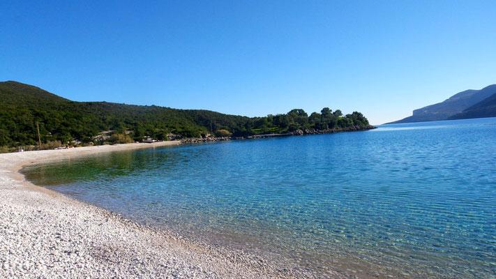 Die Bucht von Fokiano - einsam und allein liegt sie vor uns