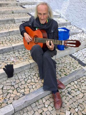 treffen wir auf ihn - den Basler in Lissabon, er singt für uns die Seele aus dem Leib!