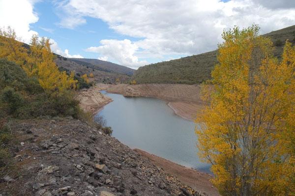 Der Stausee Mansilla (Rioja)  in herbstlicher Umgebung