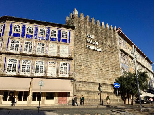 Guimaraes gilt als die Wiege der Nation, was an der einstigen Stadtmauer noch immer zu lesen ist
