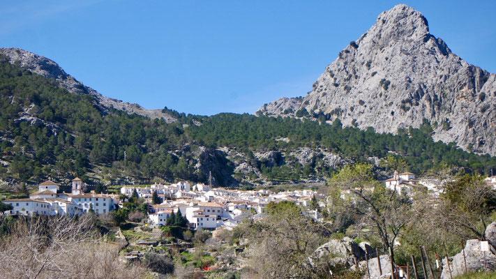Grazalema, eingebettet in den andalusischen Hügeln