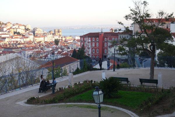 Die sieben Hügel Stadt Lissabon liegt am Tejo, der eher das Gefühl von Meer vermittelt