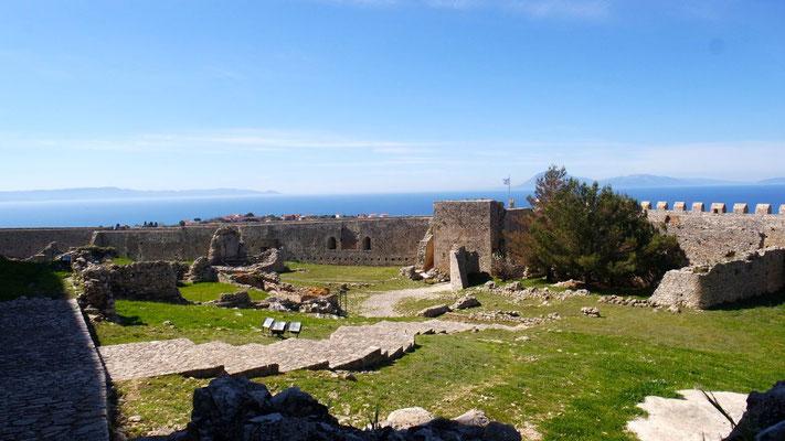 """Auf einem Hügel bei Kastro-Kyllini thront die Burg Chlemoutsi - mit dem Fahrrad """"bequem"""" zu erreichen!"""